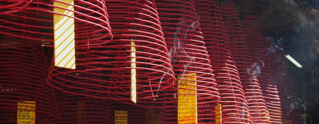 Räucherspiralen im vietnamesischen Tempel